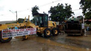 Manifestantes pedem melhorias no asfalto da BR-259 em Aimorés, dentre outras reivindicações (Foto: Willian Henrique Westphal/Arquivo Pessoal)