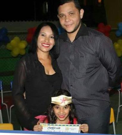 Kalita Emanuelli, com os pais Marlucia e  Vicente (Mega Bom), comemorando formatura