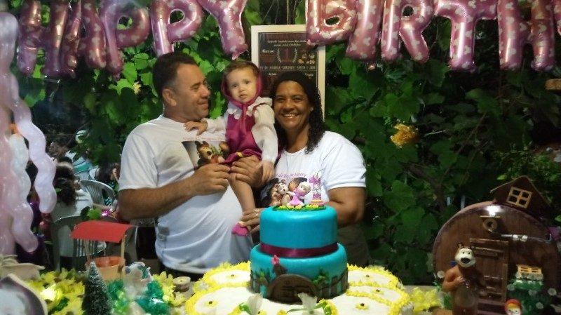 A princesinha Bryanna com os avós Geraldo e Mara, aniversariando no dia 16/12