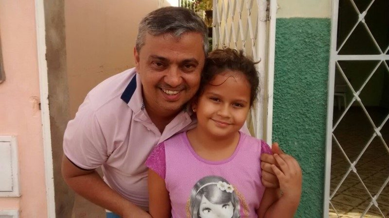 O querido tio Janderson, professor especial, recebendo o carinho da Júlia, no dia 19/12