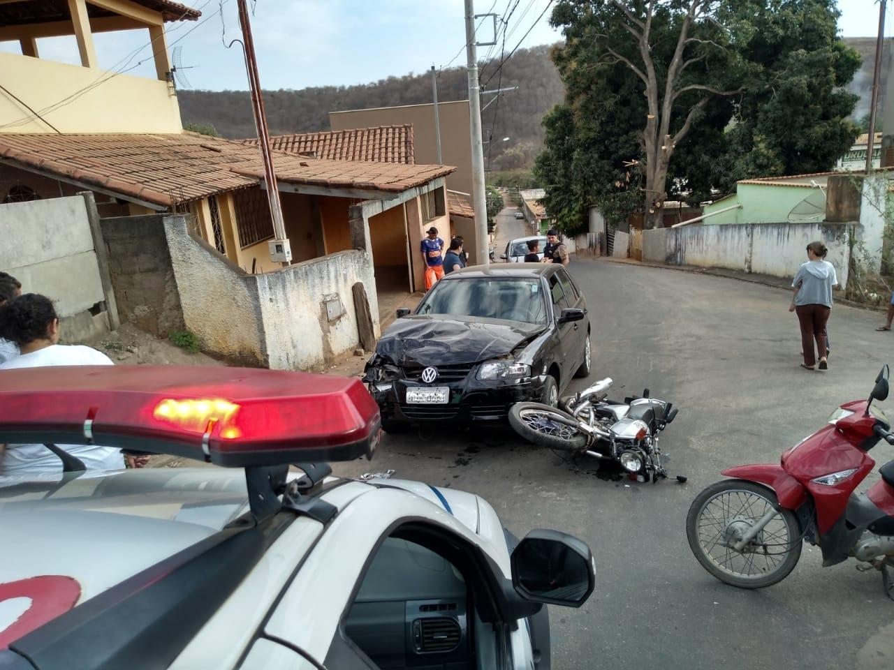 MOTOQUEIRO BATE DE FRENTE EM CARRO NA SUBIDA PARA O BENEVIDES