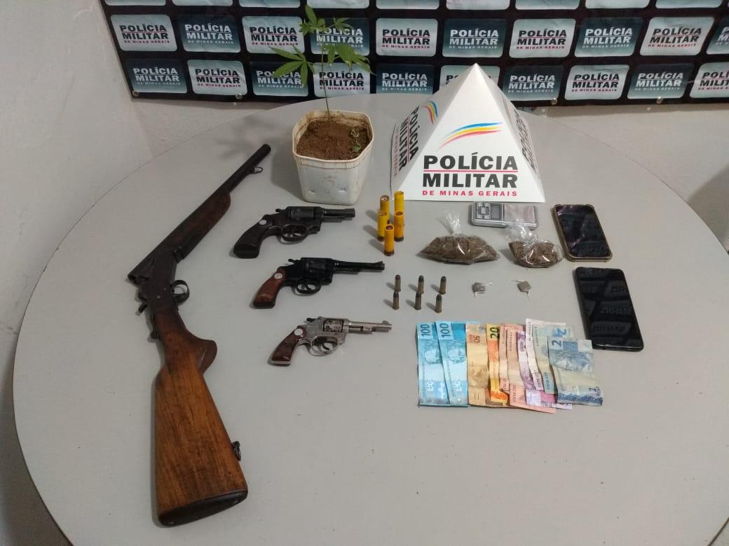 POLÍCIA MILITAR APREENDE DROGAS, ARMAS E MUNIÇÃO – 2 SUSPEITOS SÃO PRESOS