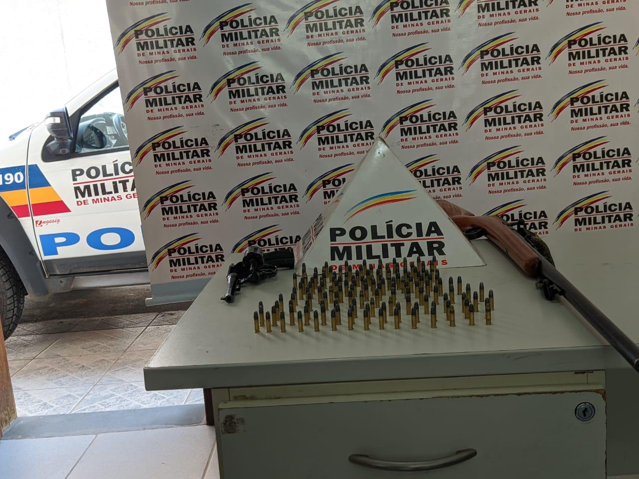 POLÍCIA MILITAR APREENDE ARMAS E MUNIÇÕES NO CENTRO DA CIDADE