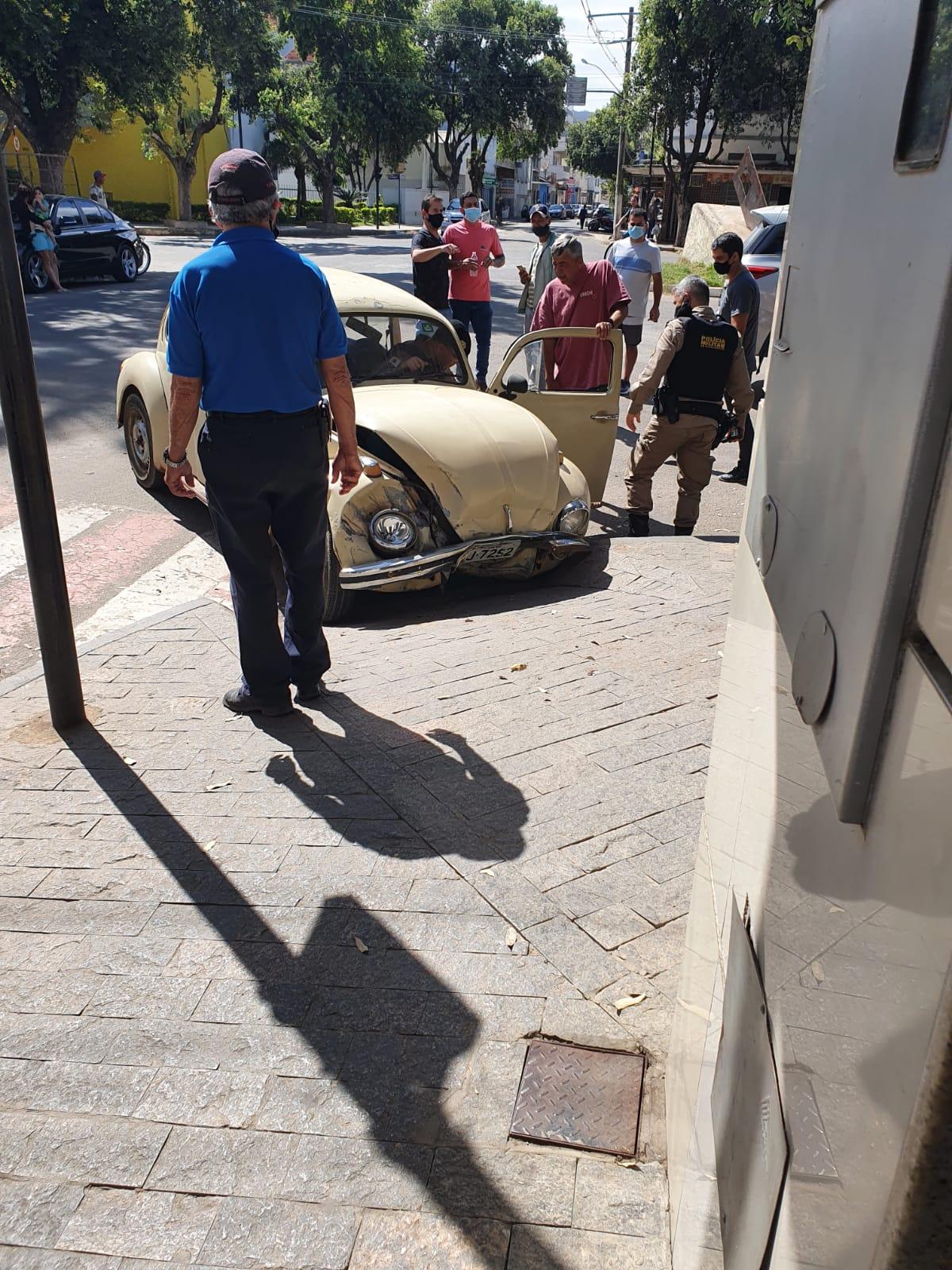 MOTORISTA BÊBADO BATE  FUSCA NA PORTA DE BANCO NO CENTRO
