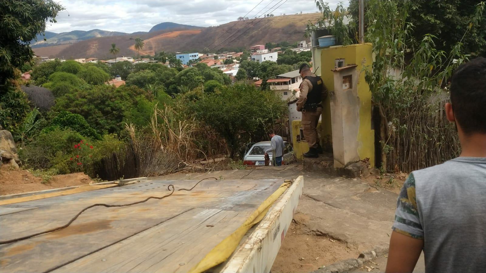 MOTORISTA PERDE O CONTROLE E INVADE QUINTAL DE CASA NO MORRO DO HOSPITAL