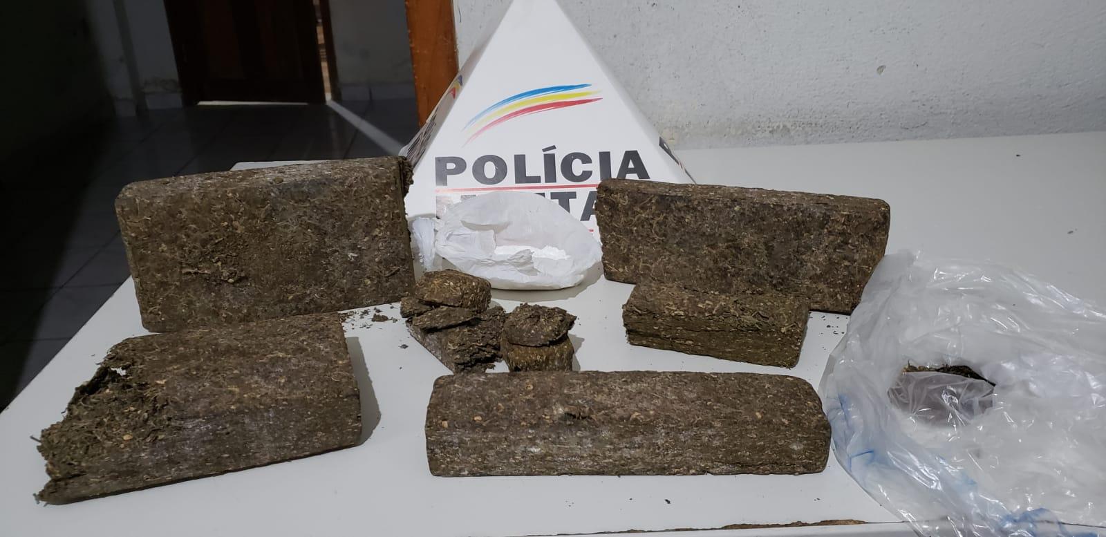 2KG DE MACONHA E 27 GRAMAS DE COCAÍNA SÃO APREENDIDAS PELA PM COM ADOLESCENTE NA RODOVIÁRIA DE CONSELHEIRO PENA